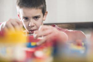 kind aan het bouwen